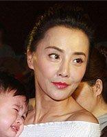 马雅舒无刘海的扎编头发辫 带儿女亮相的妈妈味造型