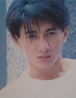 吴奇隆打造帅气发型现身机场 四爷的短发留起了刘海