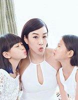钟丽缇带两女儿拍写真 白裙与挑染发尾超级配