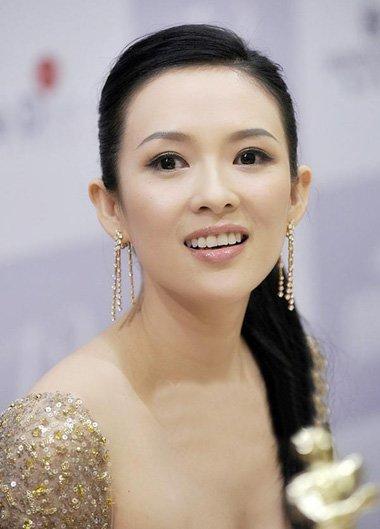 辣妈章子怡扎马尾辫变少女 走出青春活力经典发型