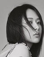 杨紫换新发型拍写真大片 简单中分直发潮出新高度