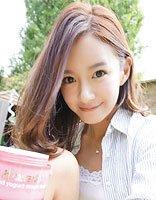 张子萱中分亮色头发身机场 时髦发型还是要从发色入手