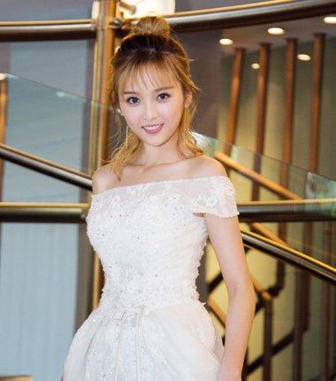 宇宙少女吴宣仪礼服发型 小裙装最配哪种扎发