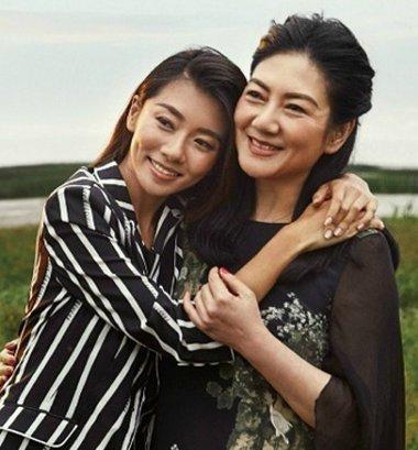 程晓�h与婆婆拍写真 知性气质酷似母女