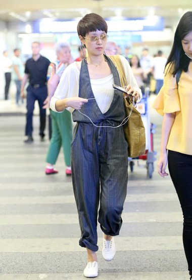 马伊�P又换新时尚短发设计 演绎干练利索的夏日造型