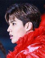 吴亦凡偏分发与红毛斗篷相称 重现小鲜肉的帅气造型