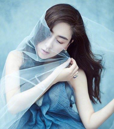 冰蓝色堆砌雪样女王 马苏中长发如此梳