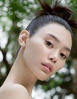 奚梦瑶华服加身凸显好气质 这款发型最好配小香风