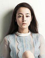 少数民族女星迪丽热巴写真大片 多样卷发炫出潮流时尚风