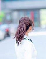 张静初扎高马尾辫扮青春学生 秒变回十八岁年龄的发型设计