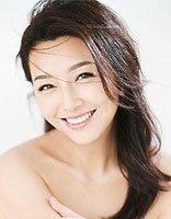 50岁江珊中长卷发造型优雅迷人 活出自己的精彩