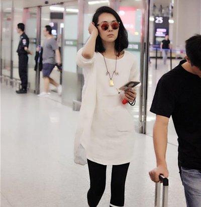 姜宏波黑白搭现身机场 及肩中长发简约大方