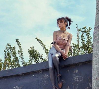 陈紫函银色皮裤大秀美腿 高马尾扎发彰显青春活力