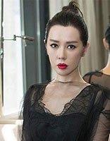 余男黑裙亮相上海电影节 丸子头演绎霸气女王范