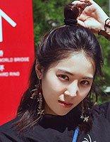 王俐丹全黑街拍LOOK酷炫帅气 中长发半丸子头很流行