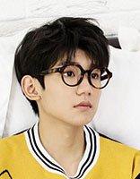 王源新造型画风超唯美 短烫发+眼镜演绎阳光少年