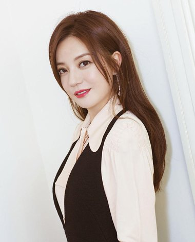 赵薇直发+背带裤气质减龄又显瘦 赵薇示范中年女士气质发型