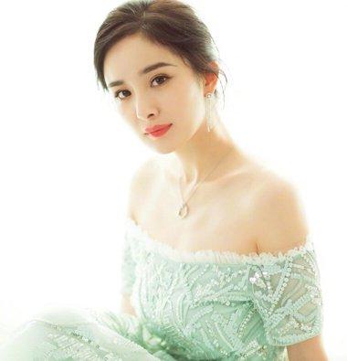 杨幂用丸子头+仙女裙征服上影节红毯 美的很高级