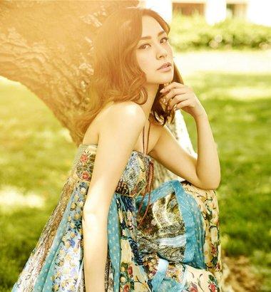 钟欣潼夏日封面大片清新气质 钟欣桐中长卷发发型做优雅女神