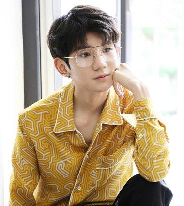 王源最新写真大片曝光 短烫发配眼镜化身干净书生