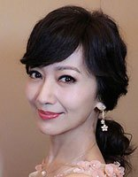 赵雅芝斜刘海扎发+礼裙优雅气质 不老女神赵雅芝中老年扎发发型很减龄