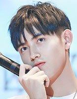 又一位星二代进入娱乐圈 17岁陈飞宇黑色刘海短发造型阳光羞涩