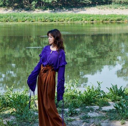 陈紫函化身丛林精灵 刘海长卷发慵懒迷人