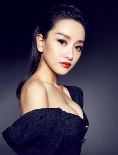 杨蓉斩获最受欢迎女演员 低马尾+礼服明媚动人