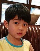 安吉梳分头变身小小帅哥 安吉男童潮流短发发型萌萌哒