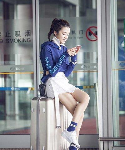 李若嘉运动高马尾现身机场 明星示范潮流运动范发型