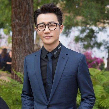 儒雅帅气的黄轩此次演绎职场型男,轻熟男士短发搭配眼镜,职业装,沉稳