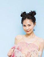 神龙茂吊带裙+双丸子头俏皮可爱 明星教你时尚又灵动的扎发造型