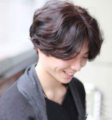 怎样拥有帅气的头发 两边留长的帅气发型