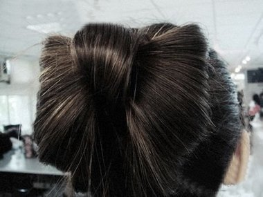 韩国扎头发头上绑个蝴蝶结的方法 头发扎蝴蝶结