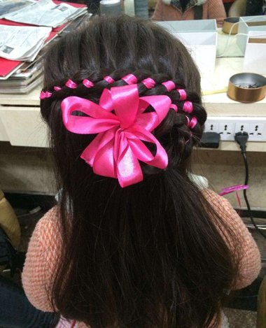 儿童怎样用彩带梳头 既简单又美观的梳头造型