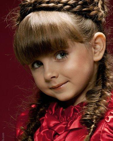 怎么给小女孩梳头美丽 小女孩可爱时尚简单美丽编发