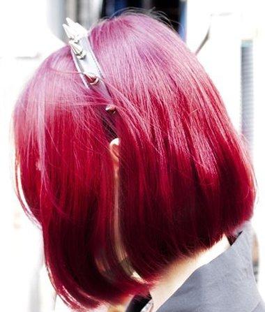 发型热点 > 紫红色头发 >   女生比较难做的发型中,有一种是给头发图片