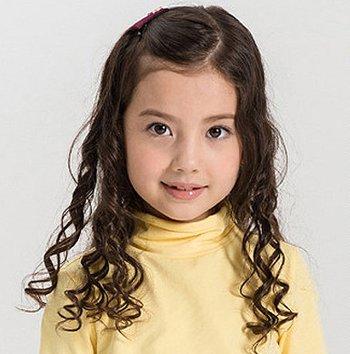 小女孩的头发留长了,妈妈们不妨给小女孩梳简单好看的公主头发型,将小女生踩胸图片