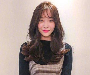 中长发女生就梳2018最新刘海卷发发型图片