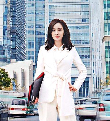 杨幂新剧再战职场风华 谈判官中长发超有型
