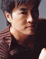 沈殿霞干儿子陈庭威发型 短卷发不减当年帅气