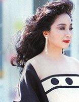 徐小凤是有多大魅力 时尚卷发迷倒众人
