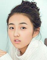 年幼成名张子枫 卷发设计呈现出时尚漂亮感