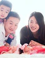 明星杨云双胞胎女儿满月 现场中分卷发超抢眼