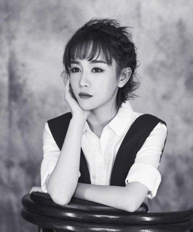美女演员张檬灵动复古写真 空气刘海好清新可人