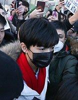 王俊凯参加北电复试 黑色微卷发带出了清纯时尚