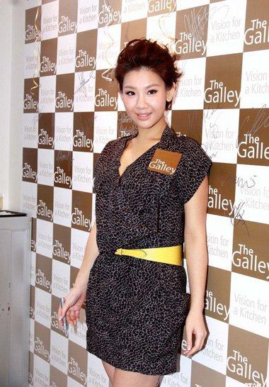 她缺席父亲郑少秋演唱会 郑欣宜时尚卷发走起
