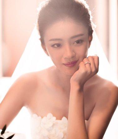 台湾气质女神安以轩爆婚讯 白纱礼服发型感人