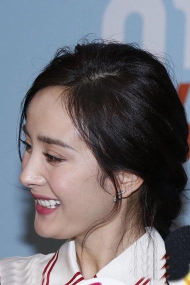杨幂梳编时尚辫子出席活动 女神的发型太抢镜头
