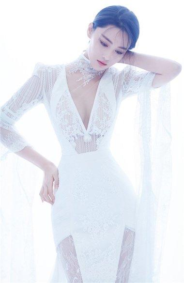 张馨予长直发梳编低马尾 配白衣飘飘美过范冰冰